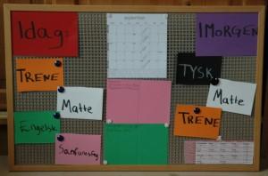 For Rikke er det viktigste å holde orden på leksene. Dernest kommer trening og jobb. I midten er en plan over fagdager, prøvedager og innleveringer.