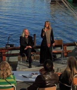 Elfi synger frekke viser og forteller erotiske eventyr i samspill med samboer TorsteinAndersen.